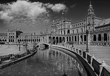 Los editores y viajeros han tenido especialmente en cuenta la gran riqueza histórica y artística de la ciudad.