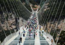 El suelo del puente está formado por 1.077 placas de cristal de sólo cuatro centímetros de grosor.