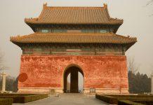 El plan general de renovación incluye rodear las tumbas, en las que descansan los restos de 13 emperadores y 23 emperatrices del periodo Ming