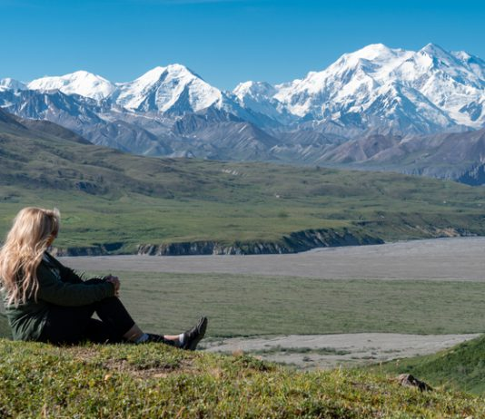 Chica-rubia-mirando-Denali-monte-McKinley-alaska