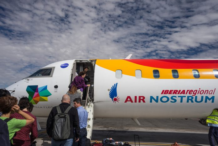 Pasajeros embarcando en un avión de Air Nostrum.