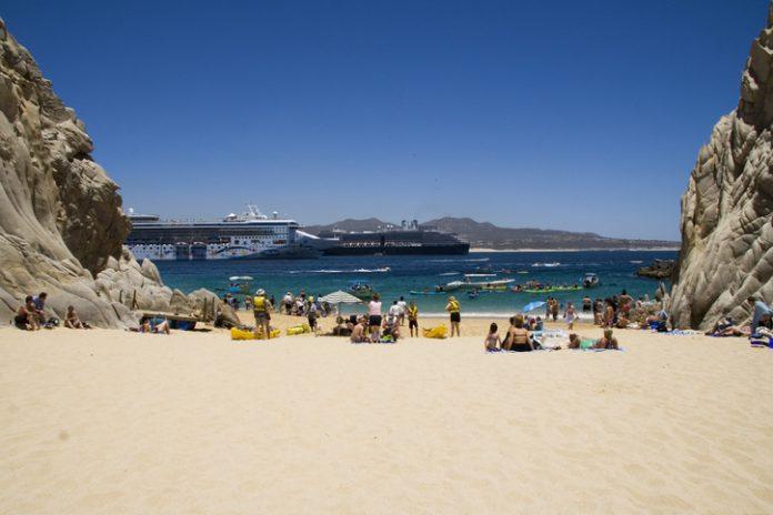 Vista de la Playa del Amor con personas tomando el sol.
