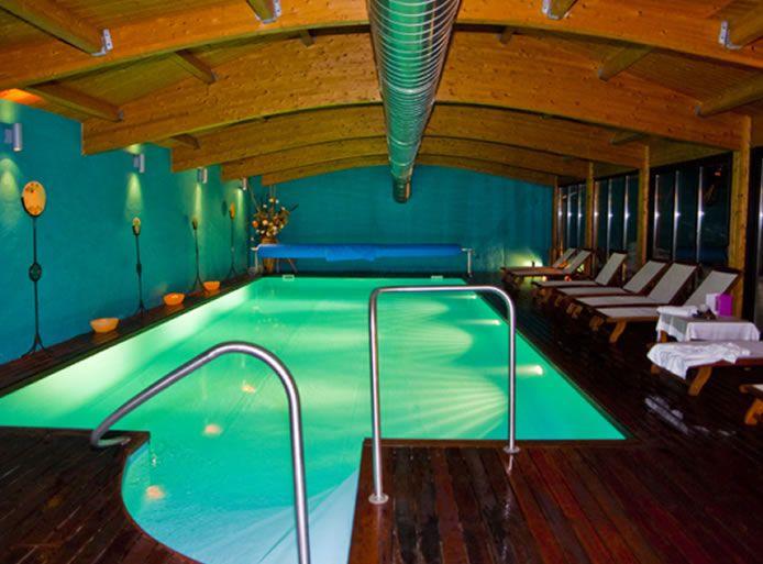 Vista del interior del SPA, piscina y tumbonas.