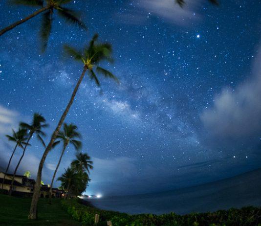Vista del cielo estrellado de noche.