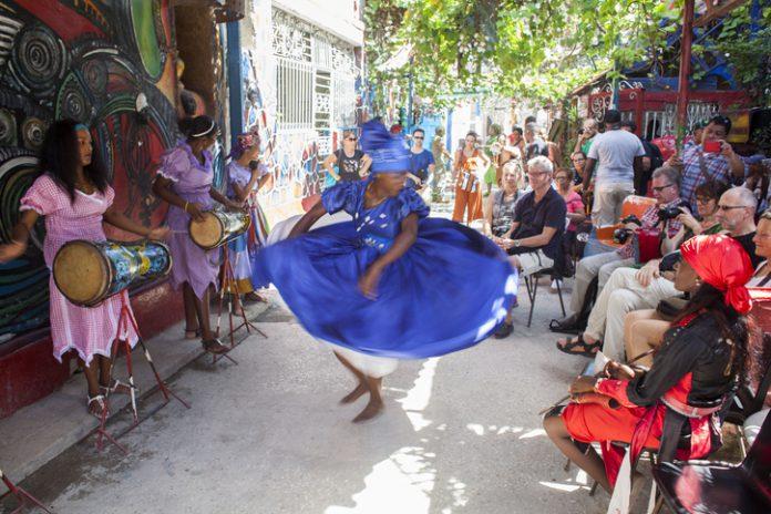 Imagen de una bailadora cubana mirada por turistas,