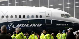 A group of people checking a Boeing 737