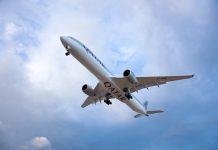 Imagen de un avión de Qatar Airways a punto de aterrizar.