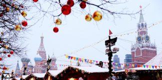 Los pequeños reciben entusiasmados al 'Abuelo frío' o Ded Moroz que reparte ilusión junto a su nieta 'Nievecita' o Snegúrochka.
