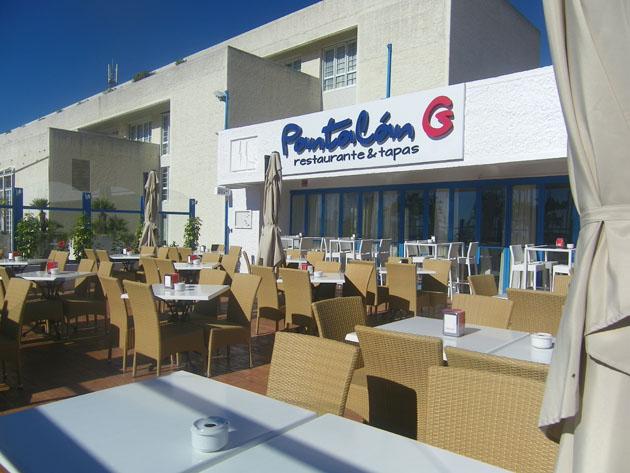 Pantalán G., se encuentra en una terraza amplia con vistas al mar situado en Puerto Sherry.