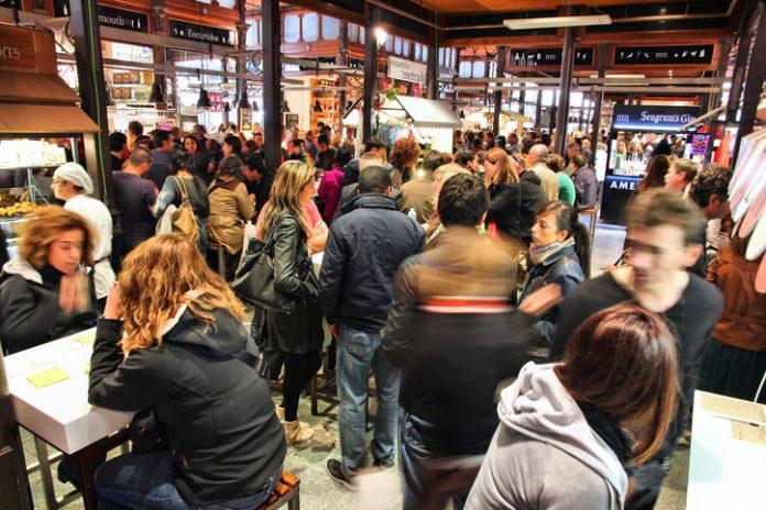 El Mercado gastronómico de San Miguel en Madrid, lleno de gente.