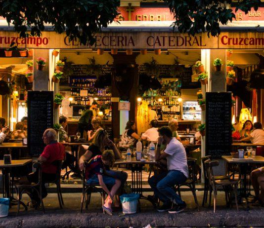Grupo de turistas disfrutan de la noche en Sevilla.