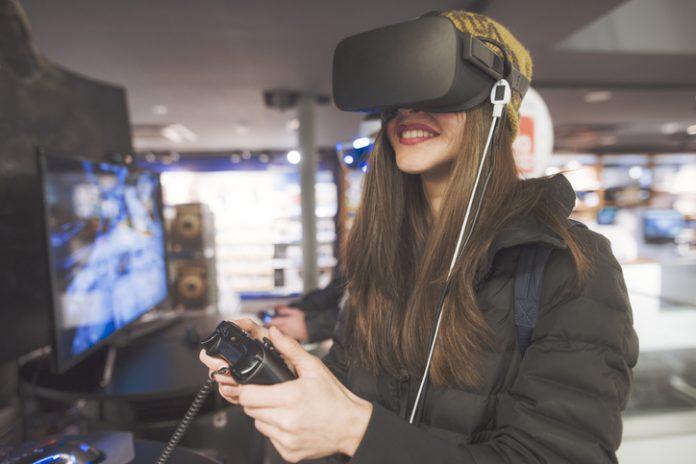 Mujer prueba una experiencia en realidad virtual.