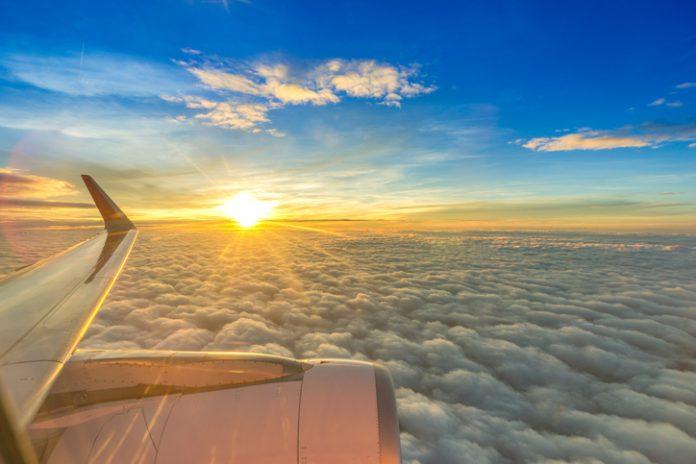Vista aérea desde el ala de un avión