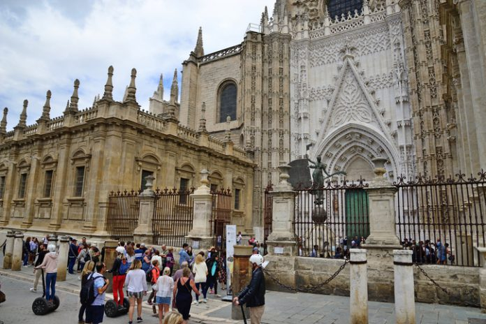 En el conjunto del país, Andalucía tiene una cuota del 16,3 por ciento en el número total de empleados en la industria turística (2.479.000)
