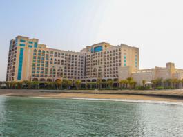 El hotel cuenta con su propia playa privada.