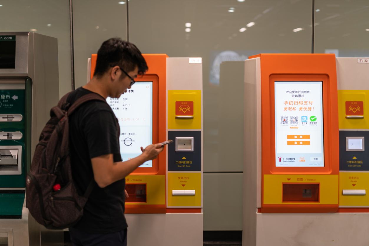 Guangzhou subway station automatic ticket machine, support China's advanced Alipay and WeChat cashless purchase tickets