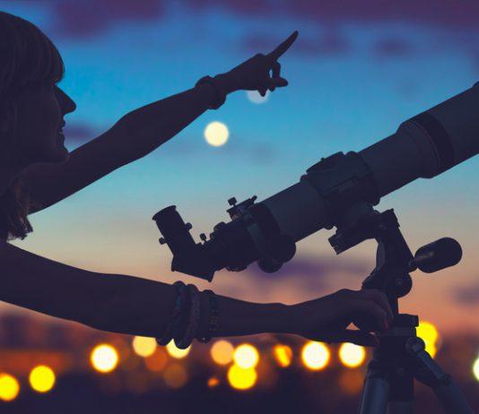 mujer-mirando-estrellas-astroturismo